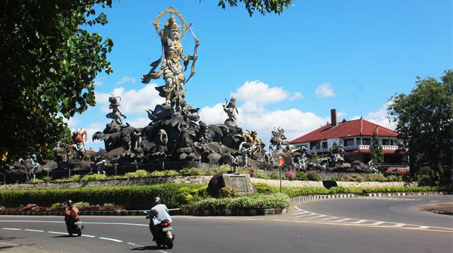 Titi Banda Bridge Statue in Denpasar
